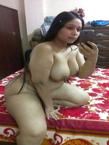 gandi selfie me boobs dikha rahi he