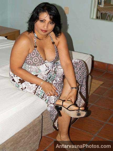 Indian wife sexy boobs ki line dikha rahi he