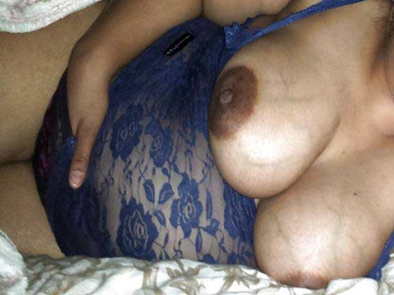 Big Indian boobs dikha rahi he