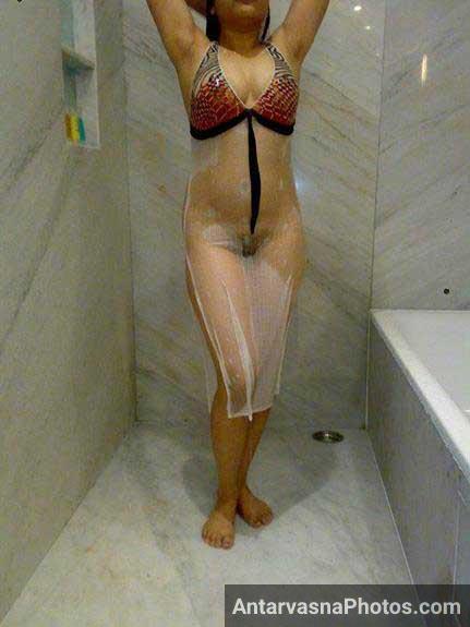 nude bath pics me jhaant dikha rahi he