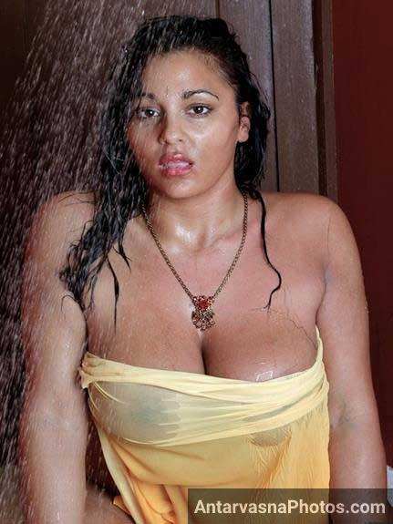 nude shower pics de rahi he