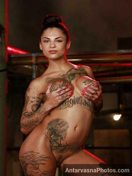 big tattoo boobs dikha rahi he