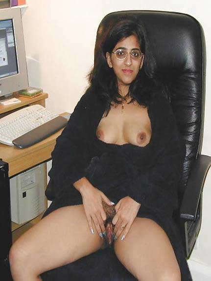 hot babe hairy pussy dikha rahi he