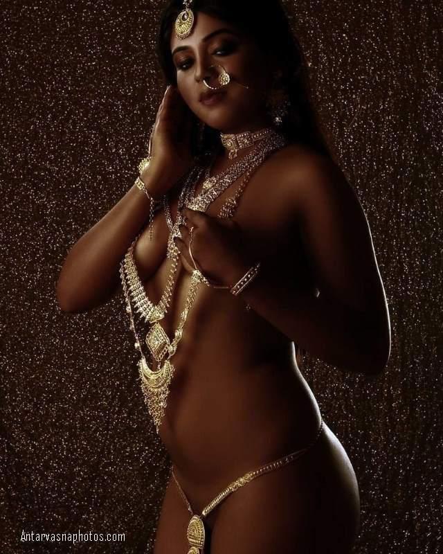 nude figure ka pradarshan