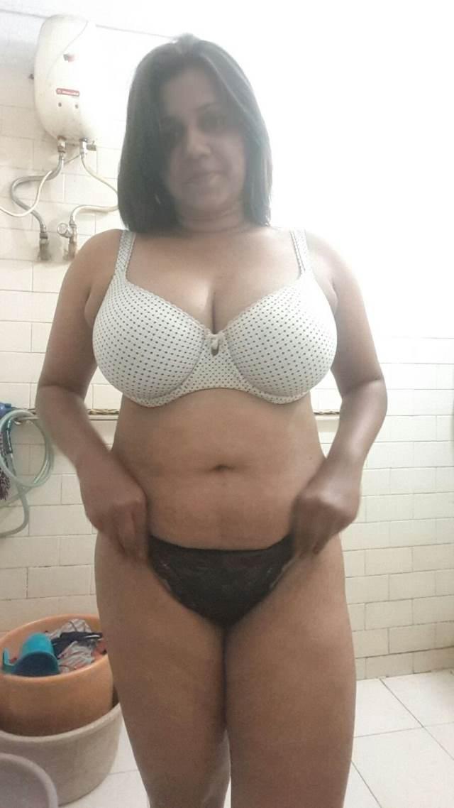 shower lene se pahle black panty white bra me desi aunty nude photos