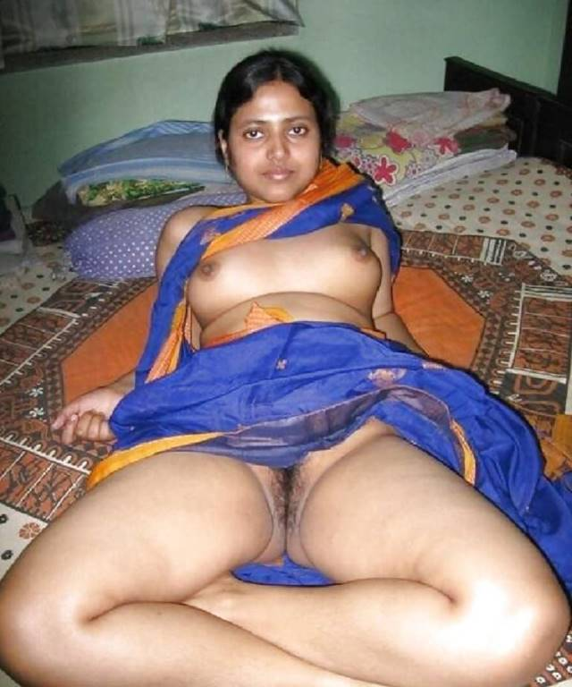 village aunty saree utha apni chuchi aur chut dikhati