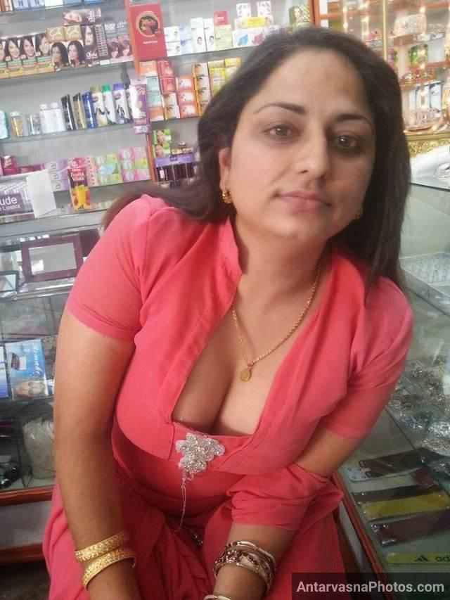 Desi boobs pic dikha dukan me sale badhati hot babe