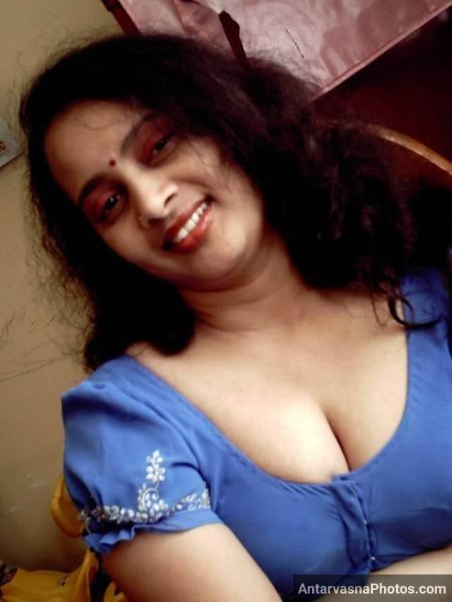sexy bhabhi apni big boobs ki cleavage dikha rahi hai