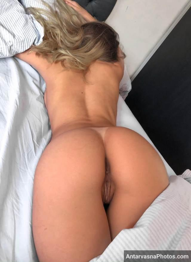 sexy girl laying naked and showing big ass pics