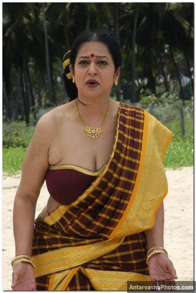 short blouse me apne cleavage dikhati sexy bhabhi pic