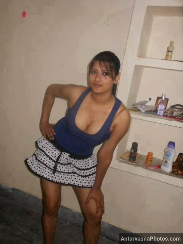 skirt aur low cut top me apni boobs cleavage dikha lover ko masti deti